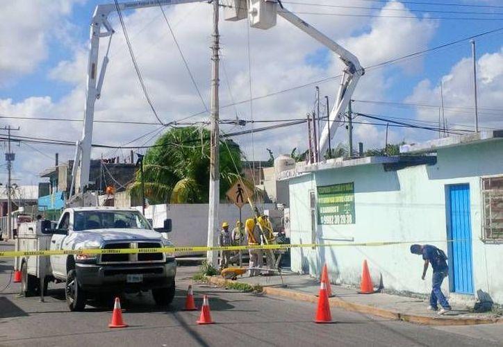 El costo de instalación de un poste puede llegar a 25 mil pesos, dependiendo de los días de trabajo y del personal utilizado. (Jesús Tijerina/SIPSE)