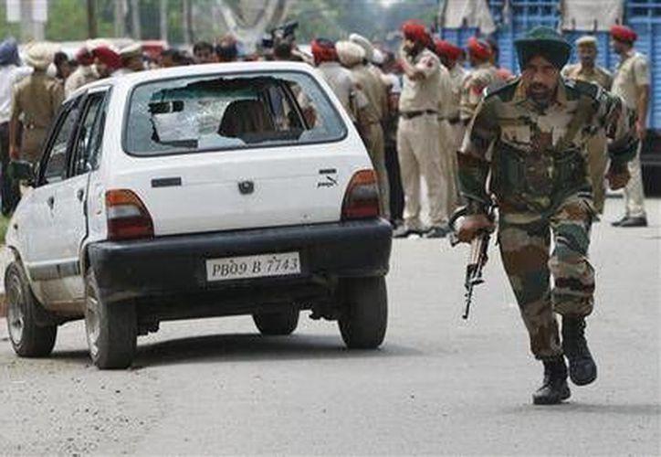 En la imagen, un soldado del ejército de la India corre durante un enfrentamiento, que duró aproximandamente doce horas, contra rebeldes en el estado de Punjab, en la India. (Foto AP)