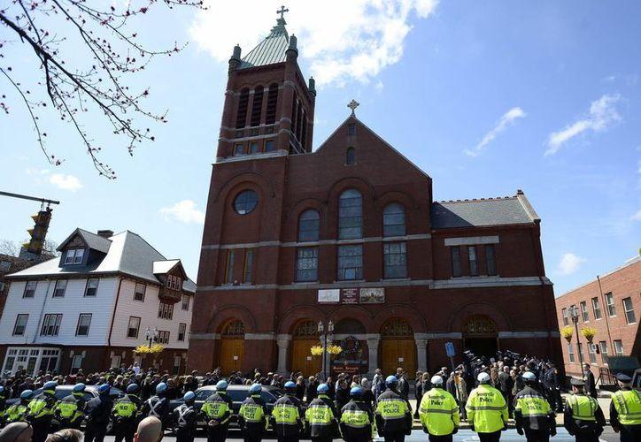 Un amplio dispositivo de policía se alineó frente a la iglesia de San José, donde se celebró el funeral por Krystle Campbell, una de las víctimas del atentado de Boston. (EFE)