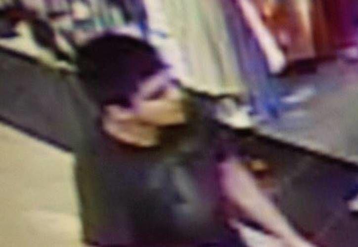 Imagen tomada de un video, proporcionada por el Departamento de Emergencias del condado de Skagit, aparece el hombre buscado por la policía por su supuesta implicación en el tiroteo en el centro comercial Cascade Mall de Burlington. (Departamento de Emergencias del condado de Skagit via AP)