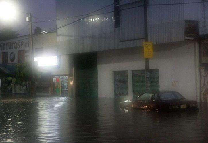 Las intensas lluvias en Chile han dejado más de 26 mil casas sin energía eléctrica. Hasta ahora, las autoridades no tiene reporte de muertos o heridos. (Efe)