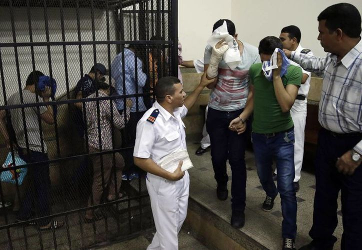 """Los ocho egipcios condenados por """"incitar al libertinaje"""" son conducidos a la cárcel en El Cairo, Egipto. (Agencias)"""
