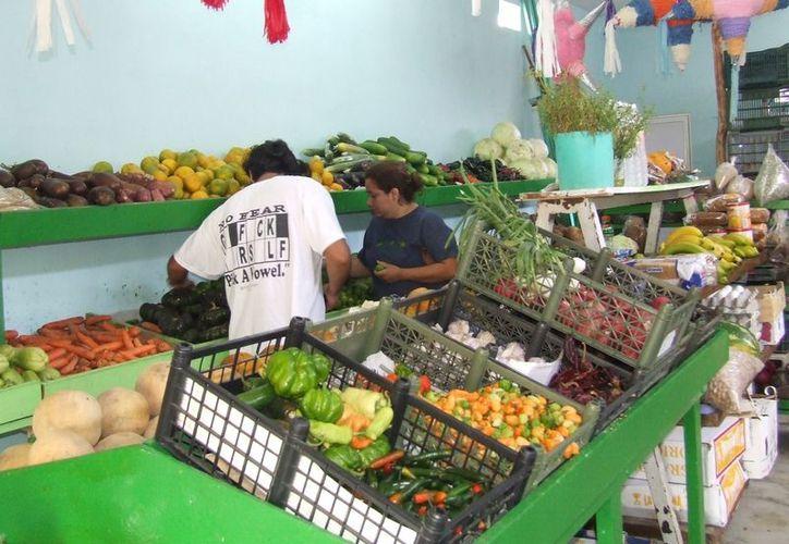 Los ciudadanos indican que los precios de las frutas como la pera, la uva, manzana y nuez han incrementado. (Rossy López/SIPSE)