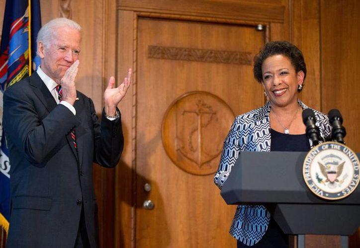 El vicepresidente Joe Biden aplaude durante la ceremonia de juramentación de Loretta Lynch como secretaria de Justicia de Estados Unidos este lunes. (Foto AP/Andrew Harnik)