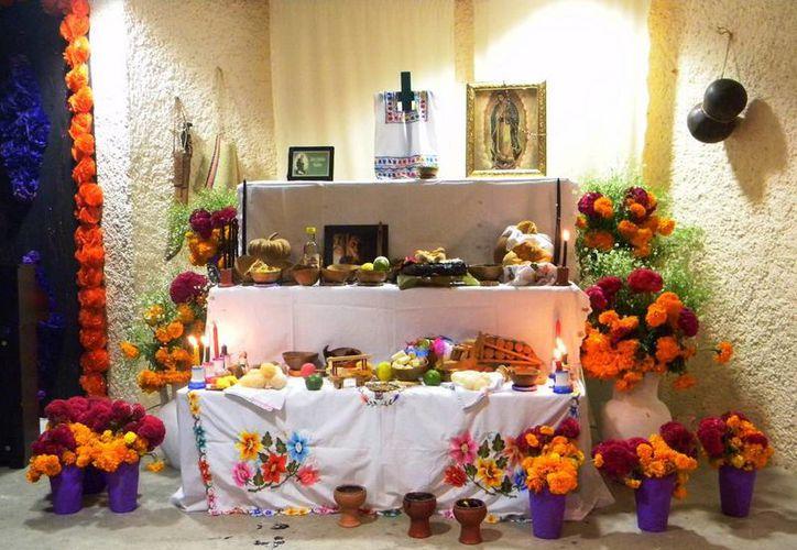 Este año se pusieron altares en lugares turísticos para fomentar la tradición del Hanal Pixán. (Redacción/SIPSE)