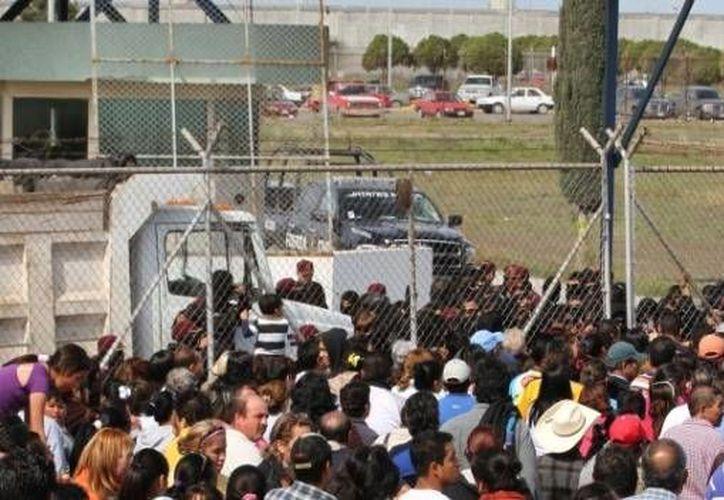 El exsubinspector y el celador del Cereso de Apodaca, en Nuevo León, fueron detenidos por relajar las medidas de vigilancia del penal. (zocalo.com.mx)