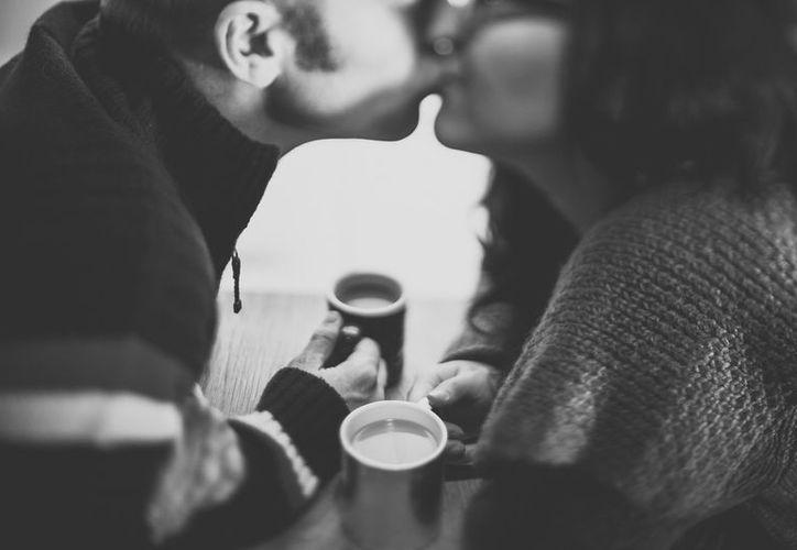 El beso también nos hace secretar feniletilamina, una anfetamina potente que estimula los neutrotransmisores del placer. (Contexto/Internet)