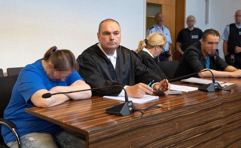 La madre del menor y su pareja, los dos con la cara pixeleada, en Friburgo, Alemania. (Foto: AFP)