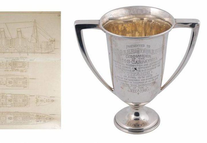 Planos originales del Titanic (i) usados en la investigación de su hundimiento y la copa de plata de la legendaria Molly Brown. (EFE)