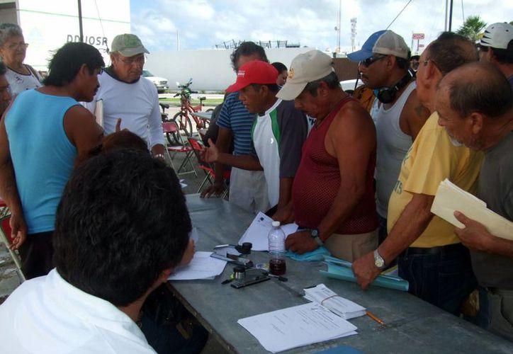 La inscripción de los hombres del mar al padrón de pescadores servirá para que los beneficiados reciban apoyos económicos en la próxima temporada de veda del mero. (Milenio Novedades)