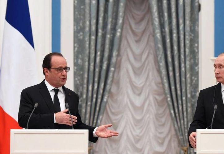 El presidente ruso Vladimir Putin y el francés Francois Hollande hablan en conferencia de prensa en Moscú. Hollande promueve una coalición más fuerte contra el Estado Islámico en la que participen Francia, Estados Unidos y Rusia. (Agencias)