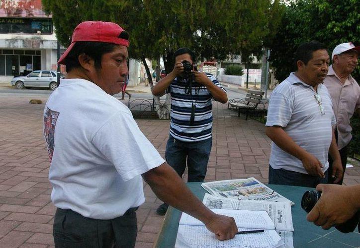 Ciudadanos recaban firmas contra la propuesta del edil. (Manuel Salazar/SIPSE)
