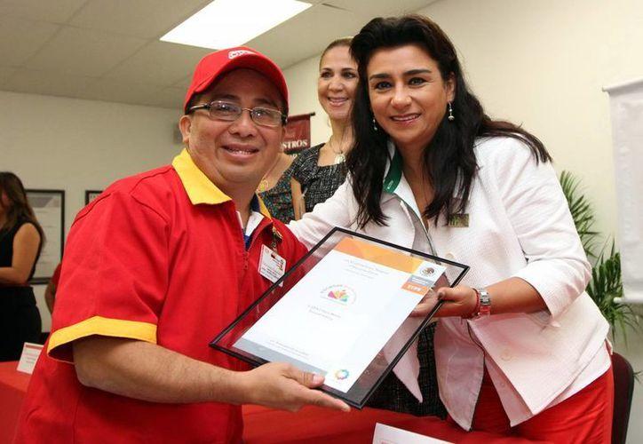 Sara Blancarte entregó reconocimientos en el acto. (SIPSE)