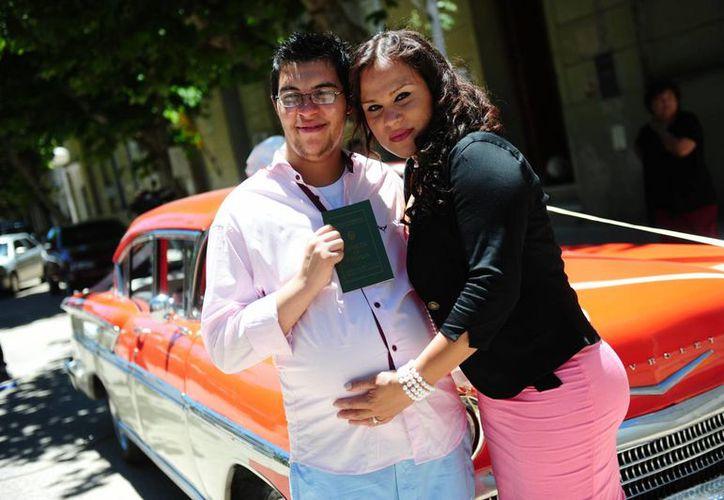 Alexis Taborda y Karen Bruselario posaron, el pasado viernes 29 de noviembre de 2013, después de contraer matrimonio en la oficina de Registro Civil de la ciudad de Victoria, Argentina. (EFE/Archivo)