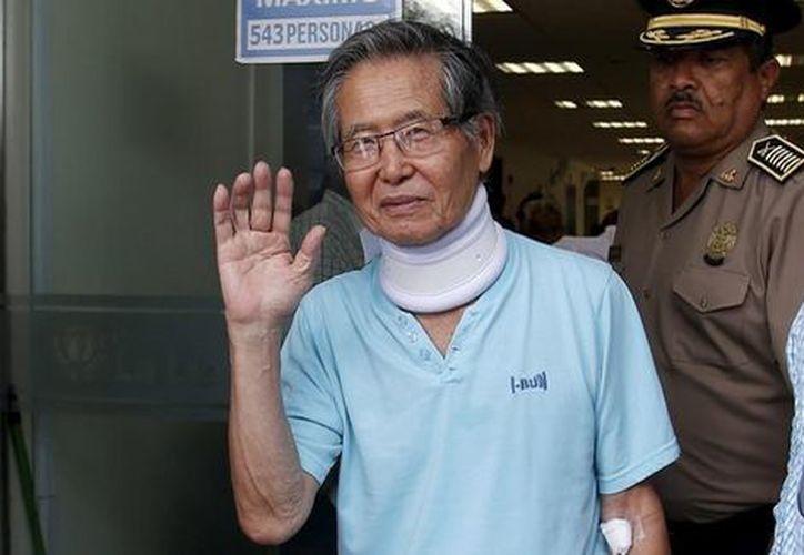 El ex presidente de Perú Alberto Fujimori es trasladado de prisión a un hospital, a causa de una afección cardíaca. (Foto: Milenio)