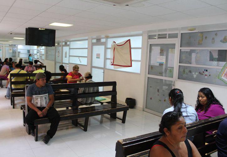 Las autoridades del Sector Salud recomiendan a la población estar atenta de los síntomas para buscar atención. (Joel Zamora/SIPSE)