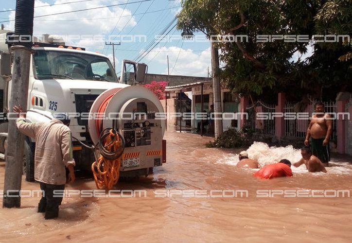 Una megafuga de agua inundó algunas casas en la colonia Bojórquez, y vecinos perdieron parte de sus enseres. El Ayuntamiento les devolvió parte de lo perdido. (Adán Escamilla/Archivo-SIPSE)