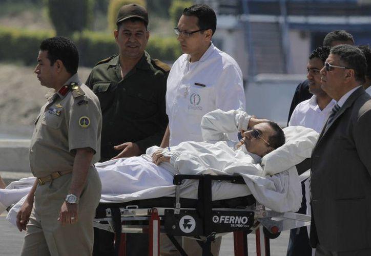 Médicos egipcios y personal del ejército escoltan a Mubarak, sujeto a juicio en El Cairo, Egipto. (Agencias)