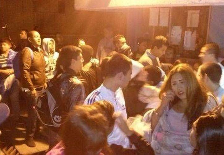 Los estudiantes fueron recibidos por sus familiares afuera del penal. (Quadratín/Milenio)