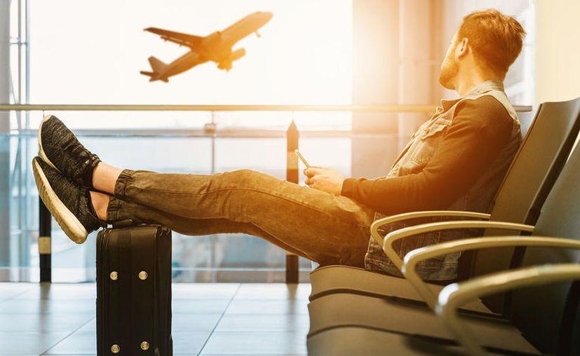Muchas aerolíneas han eliminado las revistas de abordo, reducido o suspendido el servicio de bebida y comida y ordenado el descenso del avión en grupos reducidos. [Foto: Pixabay]