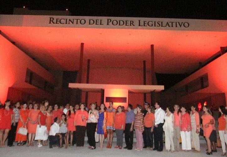 En el Día Naranja, que se realiza cada mes, el edificio del Congreso de Yucatán recordó una vez más la importancia de acabar con la violencia contra la mujer. (Foto cortesía del Gobierno de Yucatán)