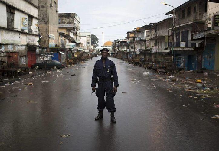 Un policía patrulla en una calle vacía en Freetown, Sierra Leona, este viernes. (Archivo/EFE)