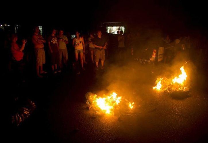 """Los protagonistas de las manifestaciones señalaron a la prensa que ésta es la """"única forma"""" que tienen de que las distribuidoras de energía eléctrica, Edenor y Edesur, atiendan sus reclamos. (Agencias)"""