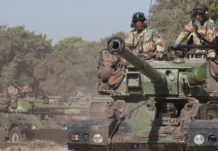 Fotografía disponible por la oficina de Comunicaciones del Ejército Francés (ECPAD) que muestra varios tanques en el norte de Bamako, Mali. (EFE)