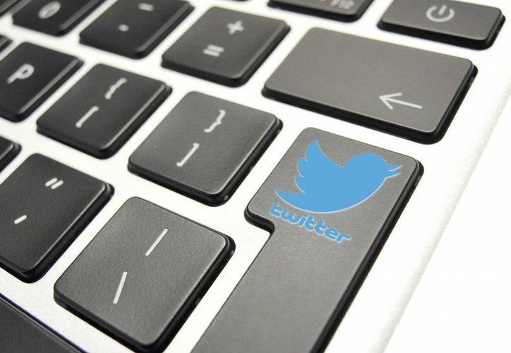 Detalle de un logo de Twitter en el teclado de una computadora personal. (EFE/Archivo)