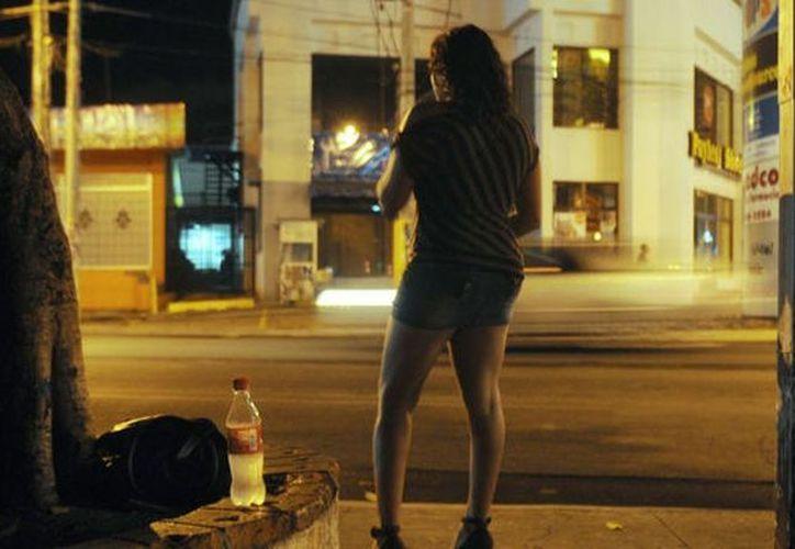 La Policía Municipal Preventiva implementó el pasado martes un operativo por la zona Centro, en el que fueron detenidas diez sexoservidoras. (Juan Palma/SIPSE)