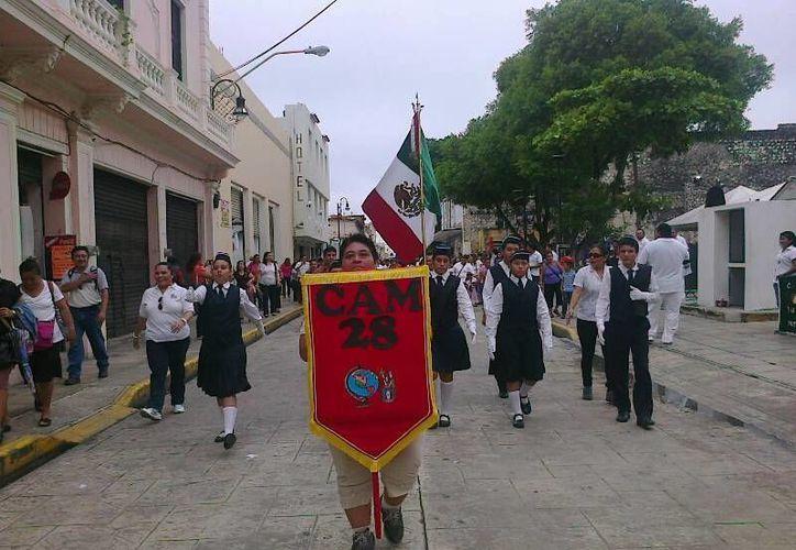 Estudiantes del CAM 28 de Chenkú durante su participación en el Desfile. (SIPSE)