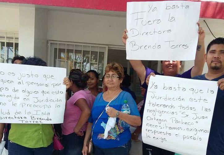 Los habitantes inconformes se manifestaron con pancartas. (Raúl Balam/SIPSE)