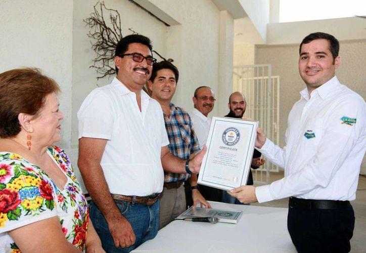Estudiantes y patrocinadores que participaron en la elaboración de la 'cochinita pibil' más grande del mundo recibieron reconocimientos por parte del secretario de Desarrollo Rural, Juan José Canul Pérez. (Foto cortesía del Gobierno estatal)