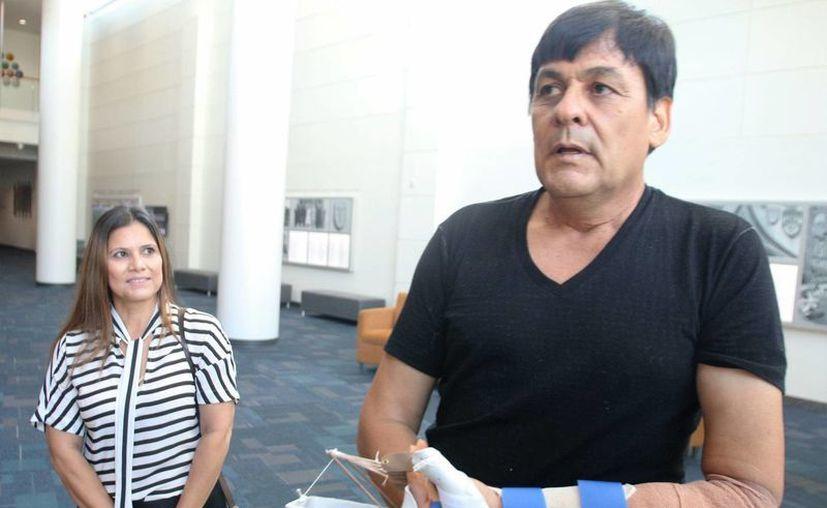 René Chávez, de 54 años, acompañado de su esposa, habla con un periodista tras el reimplante de mano al que fue sometido en el Hospital de la Universidad de Duke en Charlotte, Carolina del Norte. (EFE)