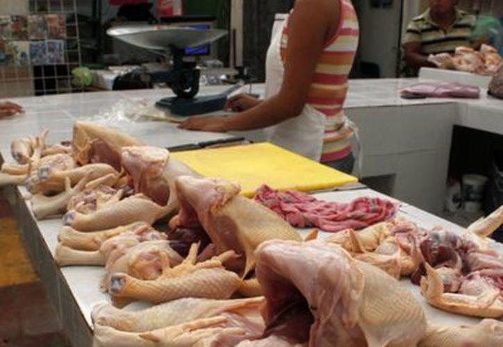 El distribuidor Jorge Ismael Romero Sierra descarta monopolios en la venta de pollo. (Francisco Sansores/SIPSE)