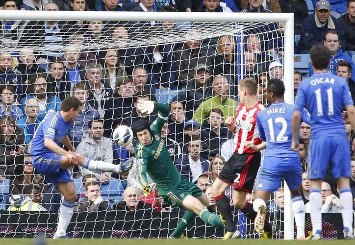 El defensa español del Chelsea, Cesar Azpilicueta marca en propia puerta el gol del Sunderland durante el partido de la Premier jugado en Stamford Bridge. (EFE)