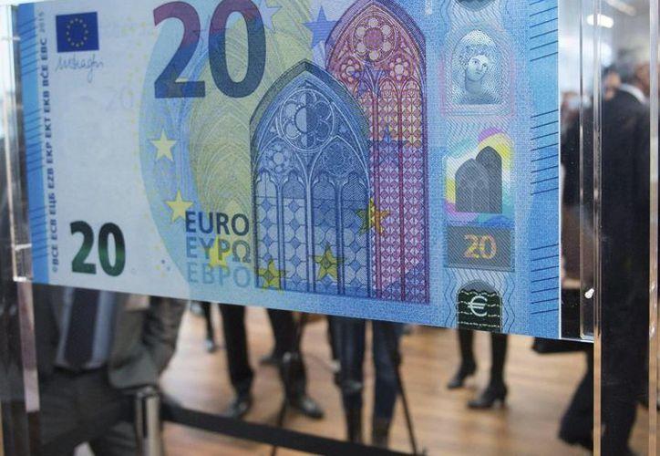 """Los nuevos 20 euros incluyen una marca de seguridad llamada """"ventana con retrato"""", insertada en el holograma, que es una innovación en la tecnología de billetes. (EFE)"""
