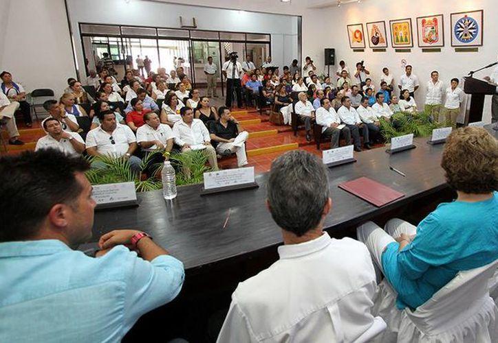 El alcalde Fredy Marrufo Martín tomó protesta a los integrantes del Comité Mixto 2013-2016. (Cortesía/SIPSE)