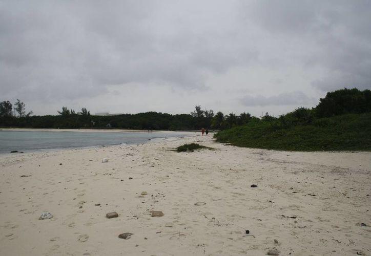 Ayer las playas de la ciudad lucieron prácticamente vacías. (Adrián Barreto/SIPSE)