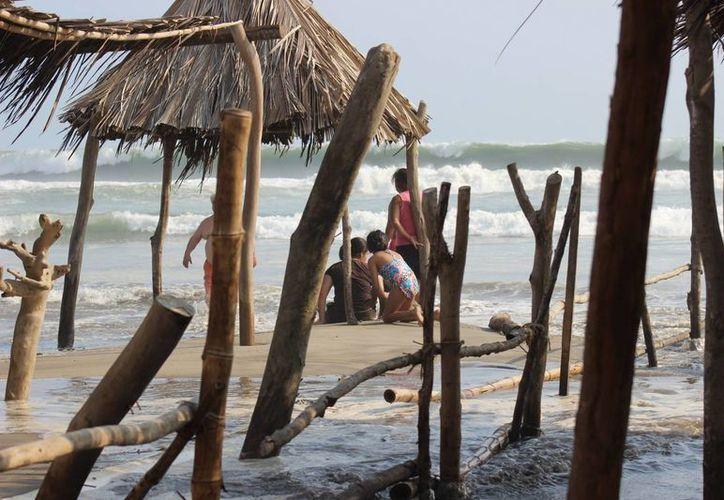 Debido al alto oleaje ocasionado por el fenómeno Mar de Fondo, restaurantes de playas de Acapulco fueron afectados en su mayoría. (Archivo/Notimex)