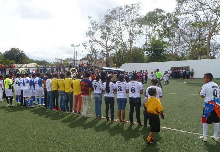 Deportistas y familiares hicieron un homenaje en el campo deportivo. (Raúl Balam/SIPSE)