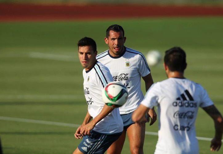 La Selección Mexicana de futbol se enfrenta esta noche al combinado de Argentina. En la imagen, un aspecto del entrenamiento de la albiceleste. (NTX)