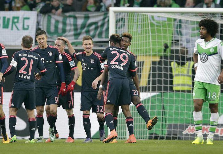 El Bayer Munich celebra el gol con el que Robert Lewandowski selló la victoria del Bayern Munich 2-0 ante el Wolfsburgo. (AP)