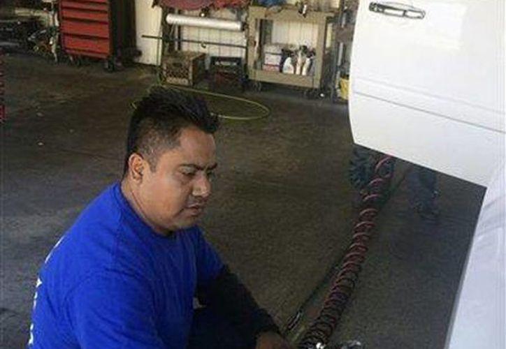 Refugio Denicia, es uno de los inmigrantes que tendrá la oportunidad de conocer al Papa Francisco, limpia un automóvil en Nueva York. (Agencias)