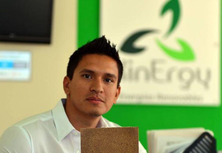 Jorge Rodríguez García con una muestra creada por el equipo que él liderea. (Milenio Novedades)