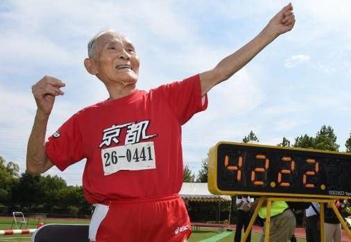 """El japonés Hidekichi Miyazaki, de 105 años, se convirtió en el primer deportista con tal edad en completar la prueba de los 100 mts. planos. Hidekichi es conocido como el Golden Bolt"""" en honor al velocista jamaiquino. (AFP)"""