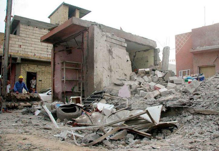 La mezquita Musab bin Omair quedó hecha pedazos, luego del ataque de un kamikaze. La explosión dejó más de 40 muertos. (Efe)