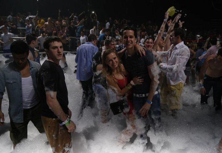 Los visitantes disfrutan de los bares y centros nocturnos. (Israel Leal/SIPSE)