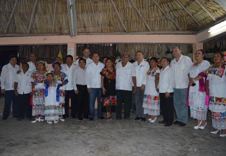 Autoridades, sacerdotes, turistas y ciudadanos  se reunieron en la iglesia de la Cancha Maya. (Redacción/SIPSE)