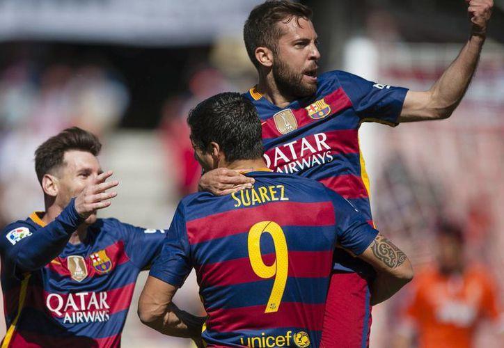 Barcelona conquistó el título liguero tras vencer al Granda, y llegar a 91 puntos en toda la Temporada. En la foto, Luis Suárez celebra uno de sus goles junto a Messi y Jordi Alba. (AP)